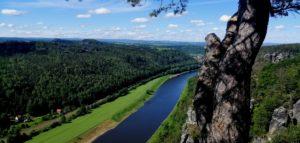 Vista dall' alto del fiume elba che come una vena blu taglia in diagonale la valle verde