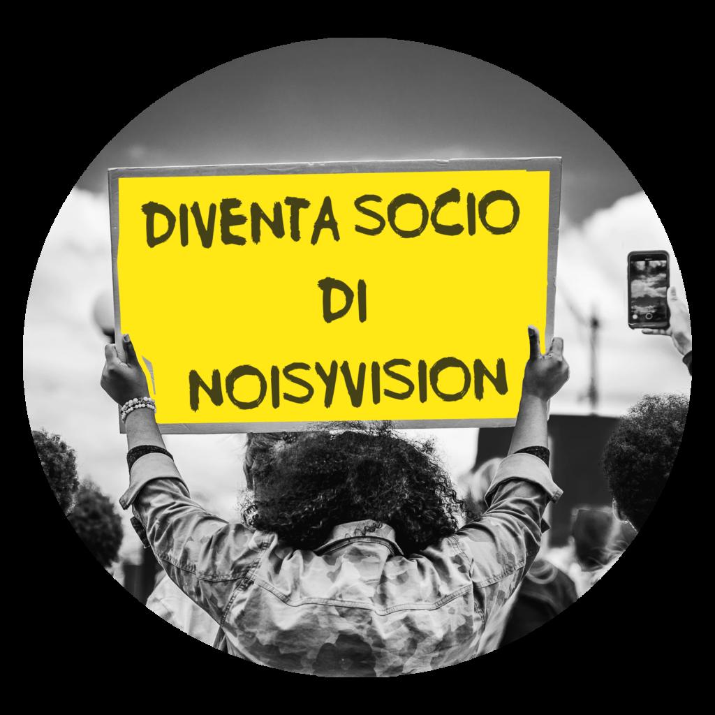 Un uomo alza un cartello con la scritta DIVENTA SOCIO di NoisyVision
