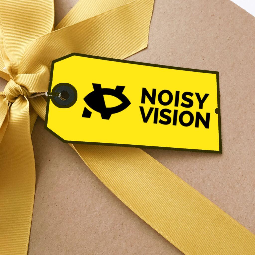 pacchetto regalo con nastro d'oro e etichetta con logo di NoisyVision